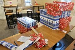 Die letzten Geschenke werden eingepackt