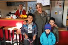 Familienfoto an der Punschtheke