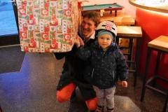 Stolz mit riesen Geschenk und Papa