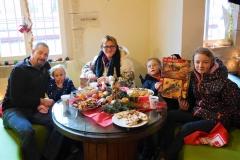 Familienfoto am runden Tisch