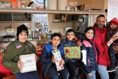 Familienfoto mit Geschenken